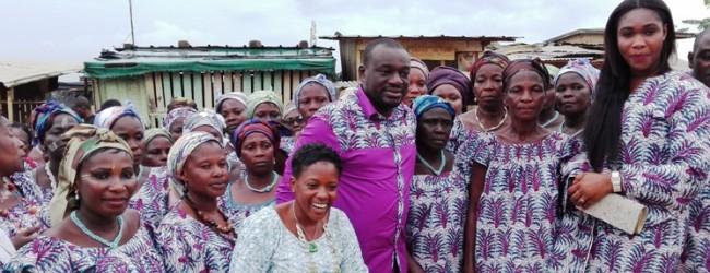 Alain Akouna célèbre les Mamans de l'association « AKLOMIABLA » de Yopougon-Gesco (Petit paris)