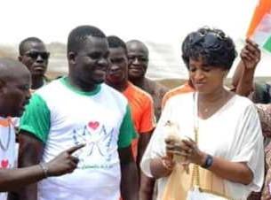 Légende : Solange Ouédraogo, président de lOng les Colombes de la paix, a lâché une colombe pour célébrer la paix avec les femmes et les jeunes.