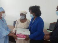 L'Amicale des épouses de ministres ( ADEM ), a procédé a une remise de don de matériels d'une valeurs de dix millions de francs cfa au Chu de treichville dans le cadre de la lutte contre la pandémie du COVID-19.