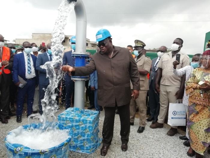 Côte d'Ivoire :Le ministre de l'Hydraulique, Tchagba Laurent, livre un château d'eau aux populations de Bingerville