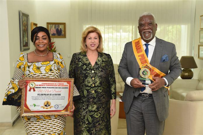 Distingué à Casablanca ( Maroc) Noël Dourey présente son prix à la Première Dame Dominique Ouattara