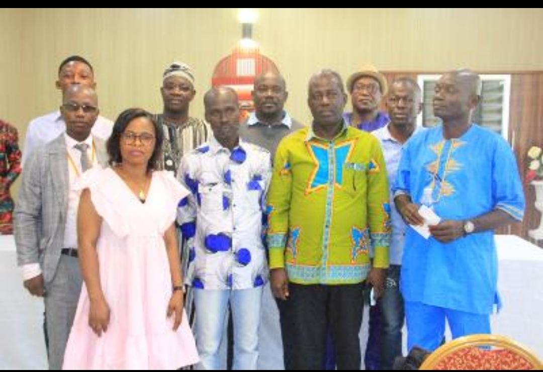 Côte d'Ivoire :Conférence de presse de la Famille Assokopouè, Propriétaire Terrien de Vitré 1 et 2 avec à sa tête le chef Watta Kangah Célestin suite au communiqué publié dans fratmat du chef  de vitré 2 Awoula Essy Laurent.